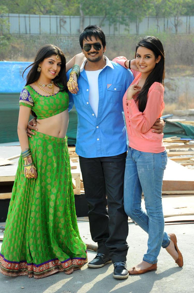 Sairam With Priyadarshini And Jasmine Sizzling Pose For Photo At Dilnnodu Movie Press Meet