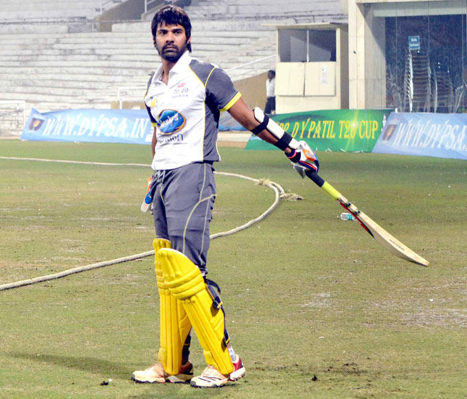 Shabbir Ahluwalia With Bat Posed At The DY Patil Sports Academy
