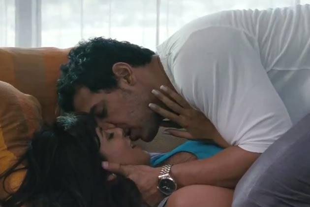 Chitrangada Singh And John Abraham Hot Kissing Scene From I Me Aur Main Movie