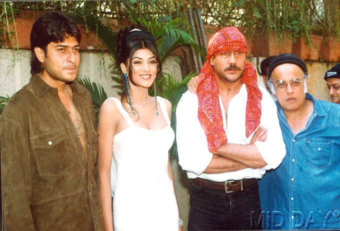 Sharad,Sushmita,Jackie And Mahesh On A Working Location Still