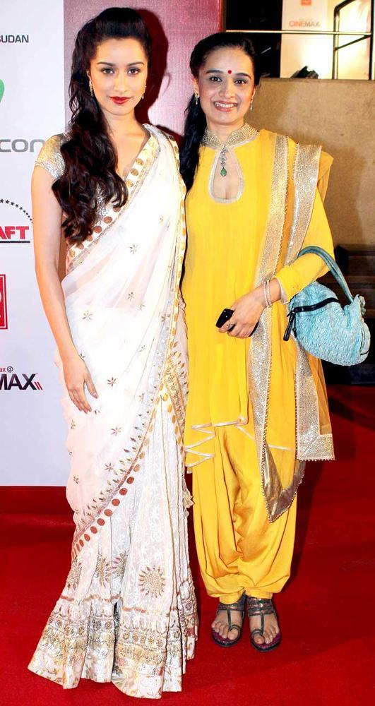 Shraddha With Mum Shivangi Posed For The Shutterbug At The Premiere Of Mai
