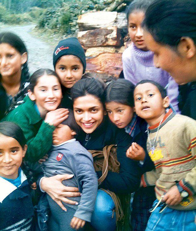 Deepika Padukone Smiling Photo Shoot With Children On The Sets Of YJHD