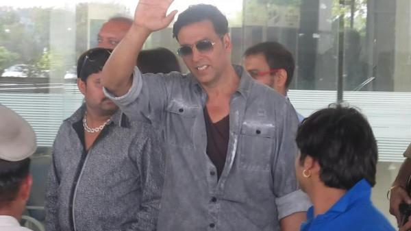 Akshay Kumar Greets His Fans At Nagpur