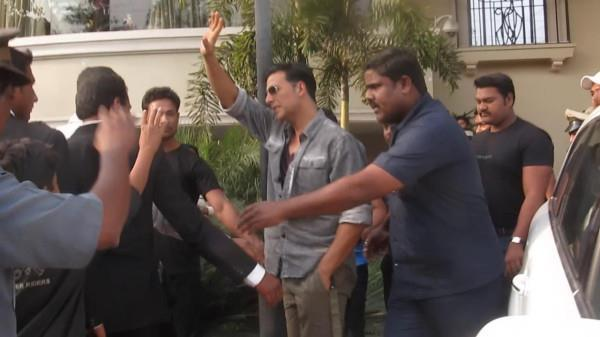 Akshay Kumar Waves Hand To His Fans At Nagpur During Promoting Special 26