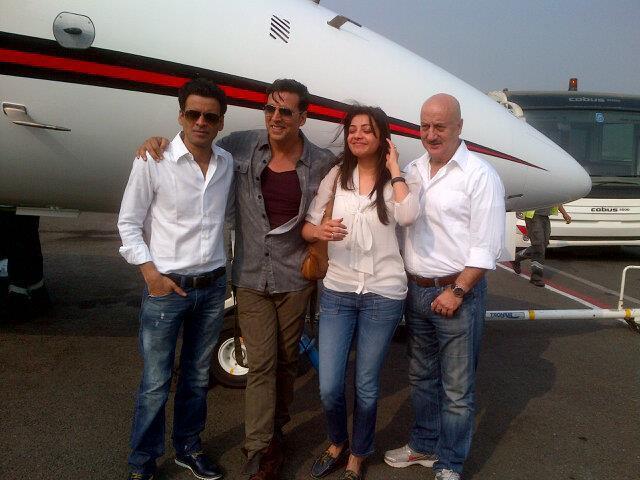 Akshay,Anupam,Kajal And Manoj Posed For Camera At Nagpur Airport