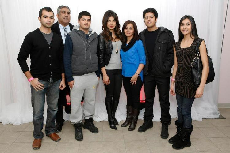 Priyanka Chopra And Her Fans Posed For Camera At Bramalea City Center