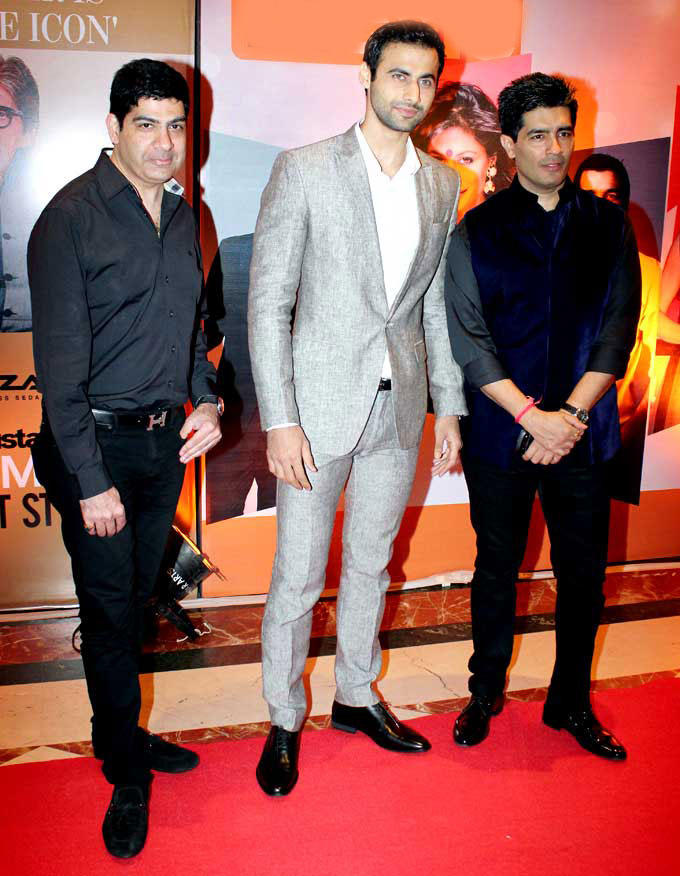 Manish Malhotra Posed With Friends In Red Carpet At HT Most Stylish Awards 2013
