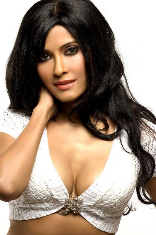 Nandana Sen Hot Cleavage Show Photo Stills