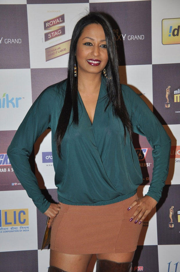 Super Sexy Kashmira Poses For Shutterbugs At 5th Radio Mirchi Music Awards