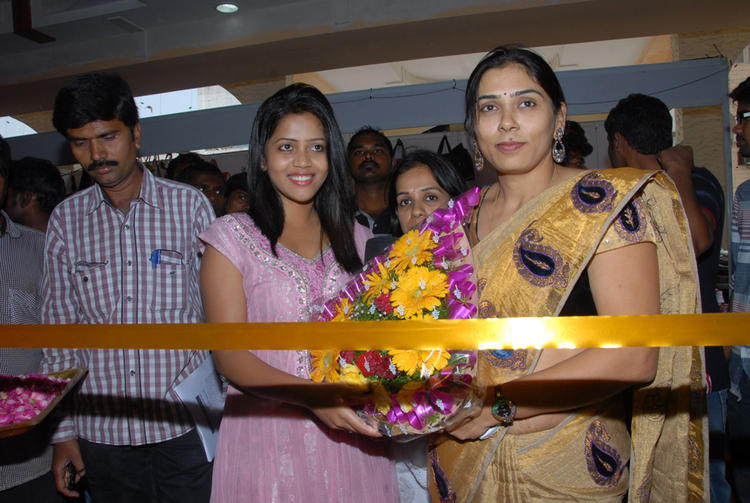 Sonali Inaugurates Parinaya Wedding Fair 2013