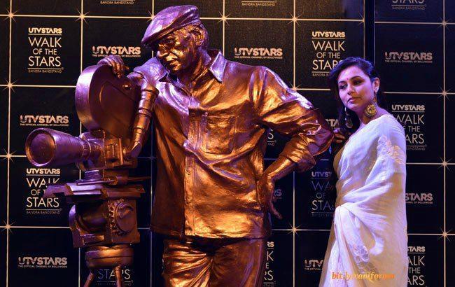 Rani Mukerji Posed With Yash Chopra Brass Statue At Yash Chopra Statue Unveiled Event