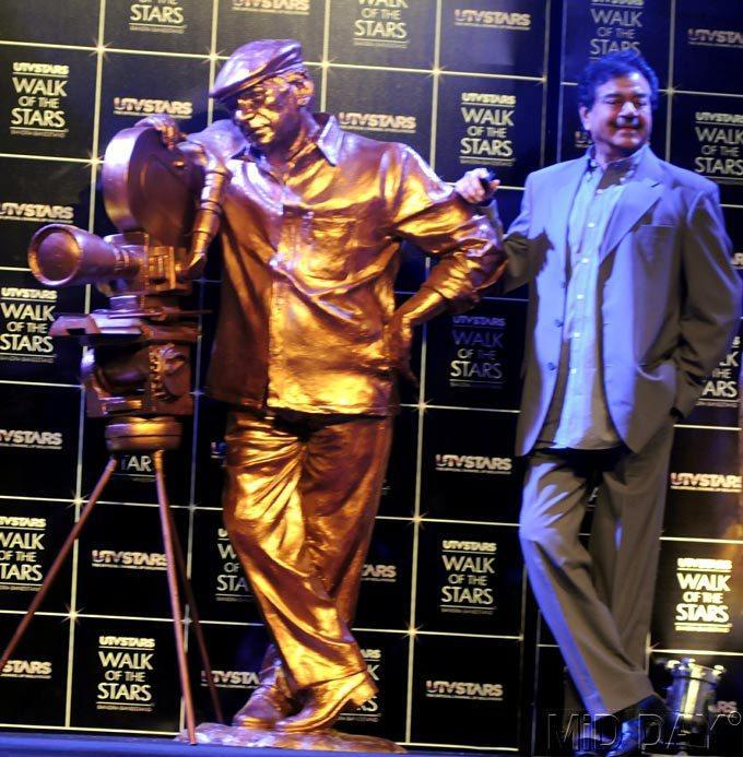 Shatrughan Sinha Poses Alongside Yash Chopra's Statue