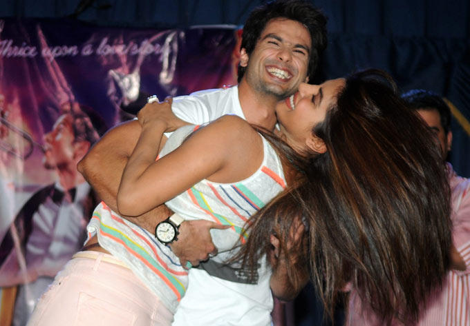 Shahid Kapoor And Priyanka Chopra Cool Smiling Still