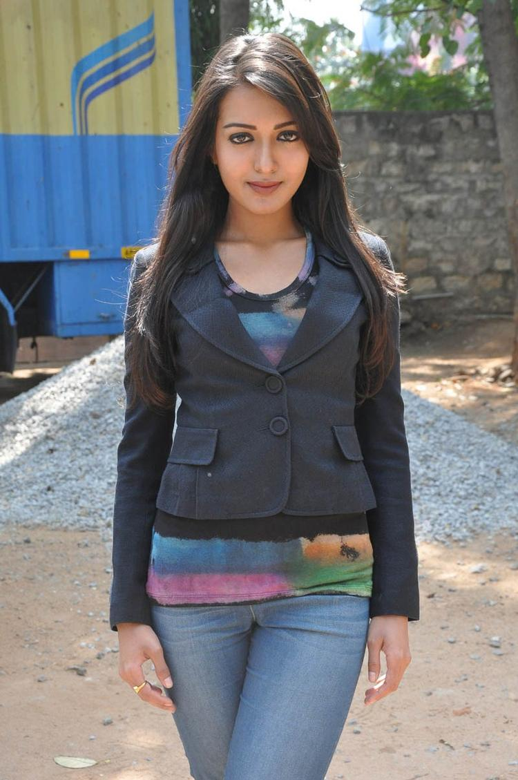 Catherine Tresa Sizzling And Attractive Photo Still