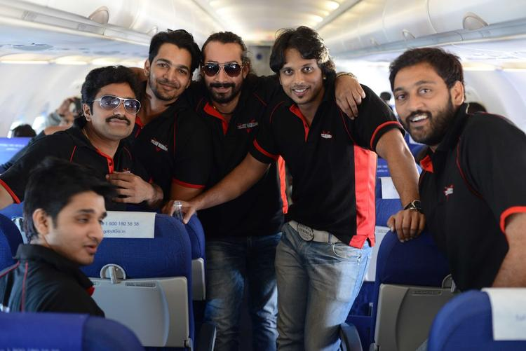 Aadarsh,Ajay And Telugu Warrior Players Snapped In Bus