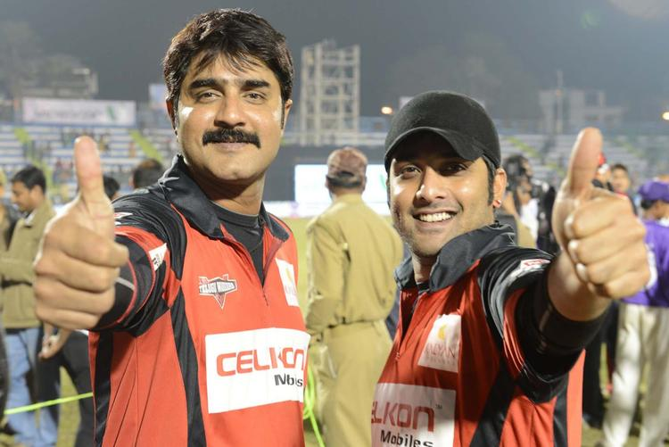 Tharun And Srikanth Thums Up Photo Clicked At Telugu Warriors Vs Bengal Tigers CCL 3 Match