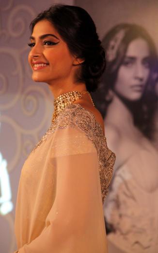 Sonam Kapoor Smiling Still At GJEPC Press Conference 2013