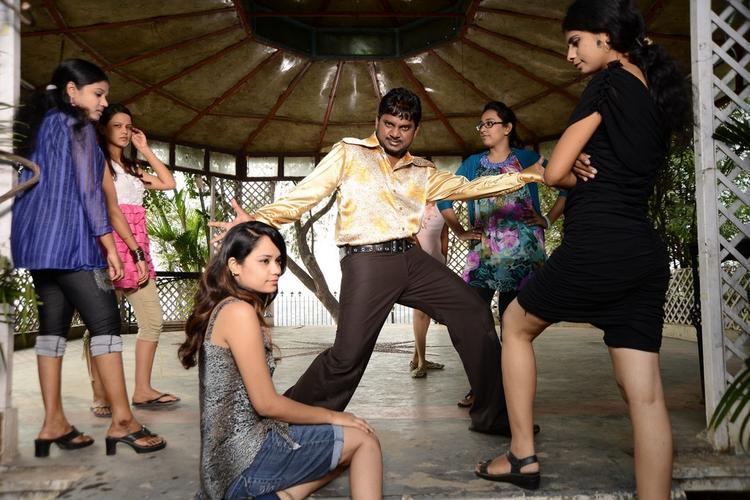 Thagubothu Ramesh Dancing Photo Still At Athadu Ame O Scoter Movie Location
