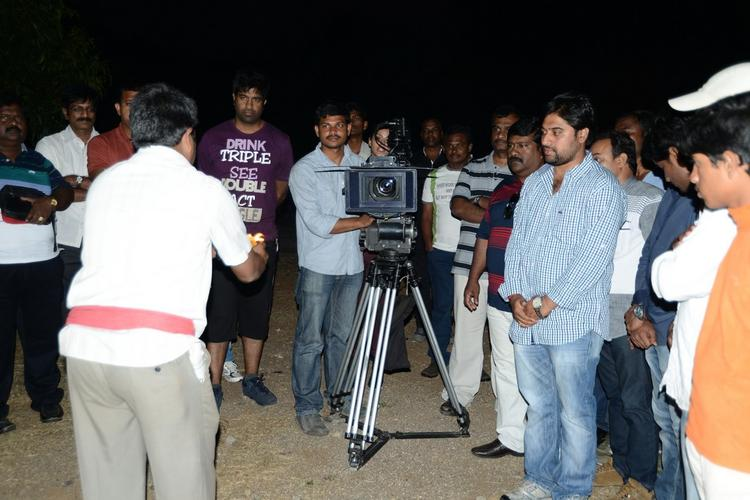 Vennela Photo Clicked During Shooting At Athadu Ame O Scoter Movie Location