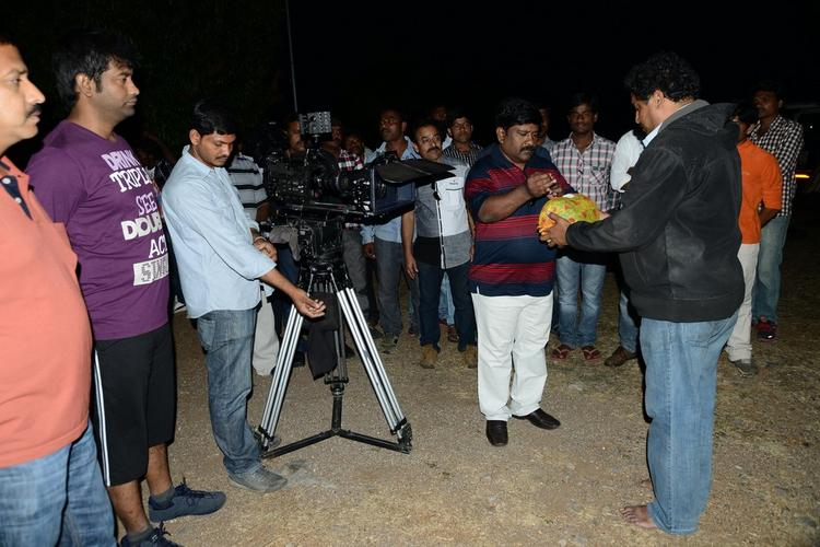 Vennela With Team Snapped At Athadu Ame O Scoter Movie Location