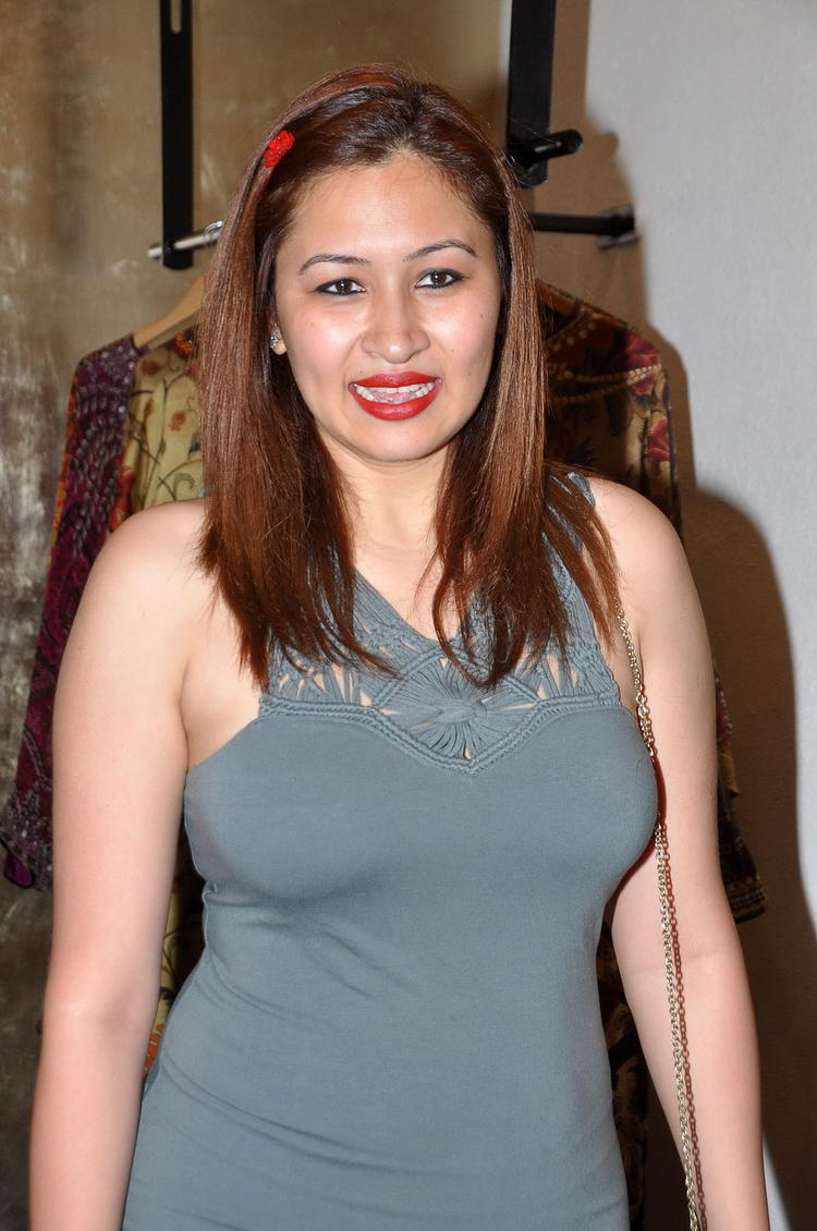 Jwala Gutta Smiling Face Look Photo Still In A Garment Shop