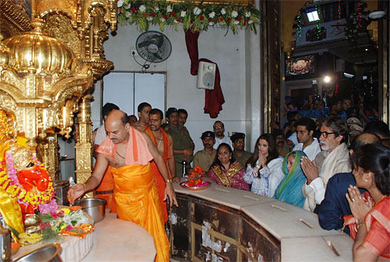 Amitabh,Jaya,Abhishek And Aishwarya Offer Prayers At Siddhivinayak Temple