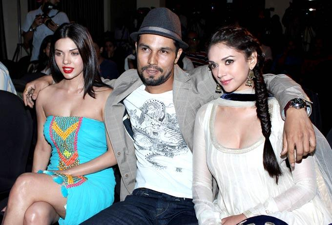 Sara,Randeep And Aditi Rao Cosy Photo Pose During Promotion Of Movie Murder 3