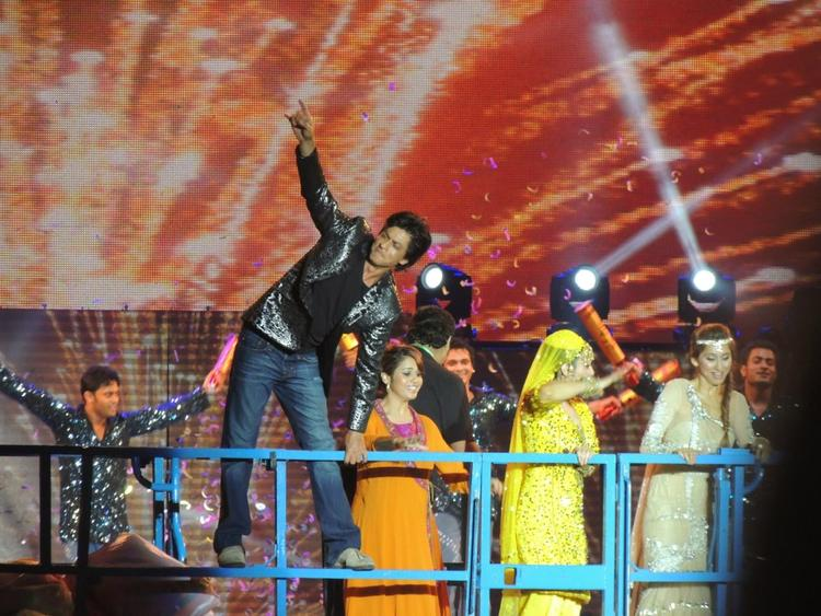 Shahrukh Greets The Audience At Temptation Reloaded Concert  Event