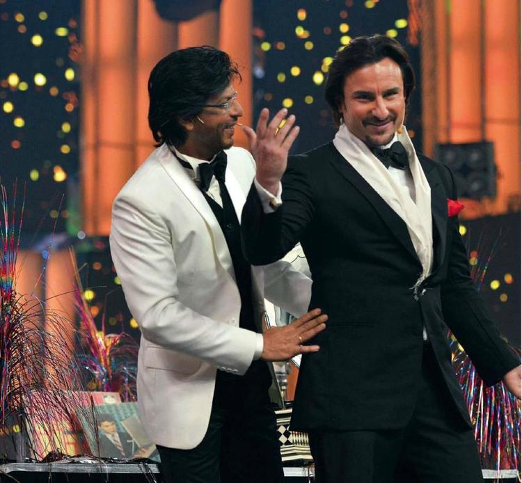 Shahrukh And Saif Cool In Stage At 58th Idea Filmfare Awards 2013