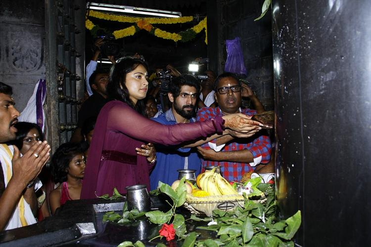 Anushka And Rana Offer Prayers On The Shiva Lingam In The 1000 Pillared Temple In Warangal