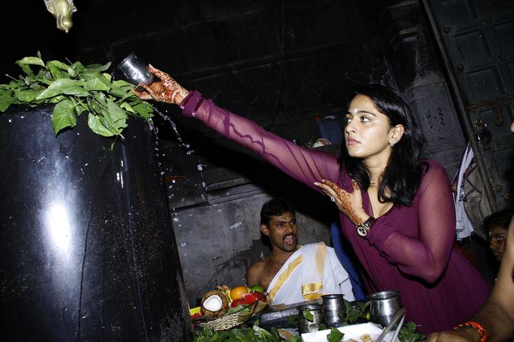 Anushka Shetty Offers Milk On The Shiva Lingam In The 1000 Pillared Temple In Warangal