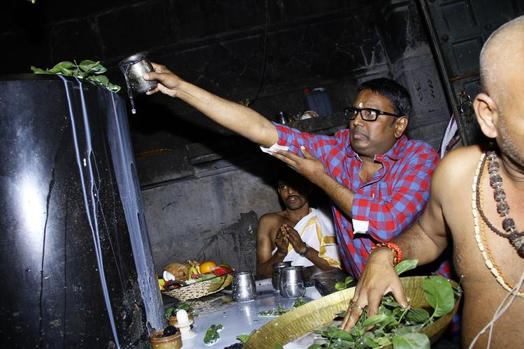 Director Gunasekhar Offers Milk On The Shiva Lingam In The 1000 Pillared Temple In Warangal