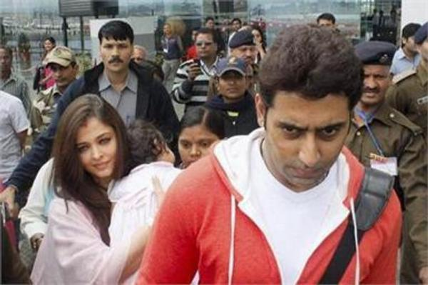 Aishwarya With Hubby Abhishek And Daughter Aaradhya Snapped At Bhopal Aiport