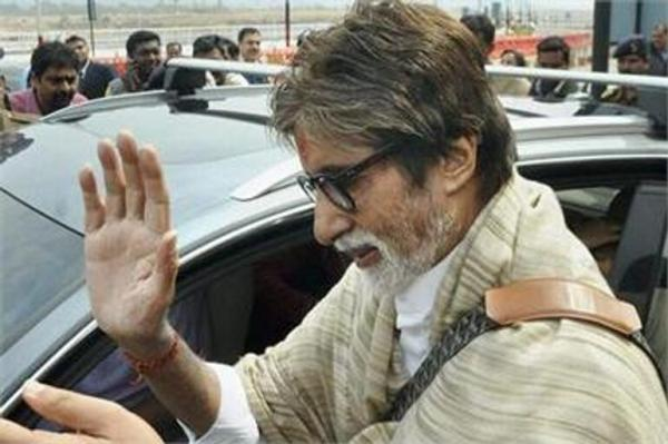 Amitabh Photo Clicked During Greets The Fan At Bhopal Aiport
