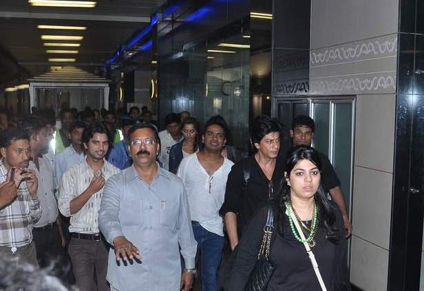 SRK Spotted At Mumbai Airport