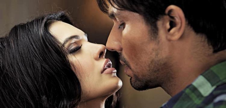 Randeep And Sara Hot Kiss Scene Photo Still From Thriller Movie Murder 3