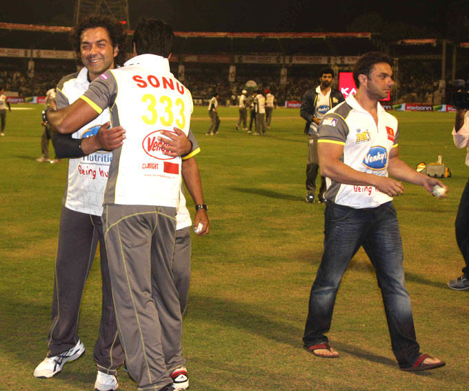 Bobby Congratulates Sonu At CCL 3 Match In Hyderabad