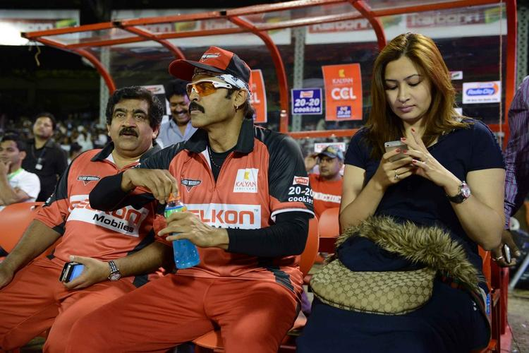 Venkatesh And Jwala Photo Clicked At CCL 3 Telugu Warriors Vs Mumbai Heroes Match