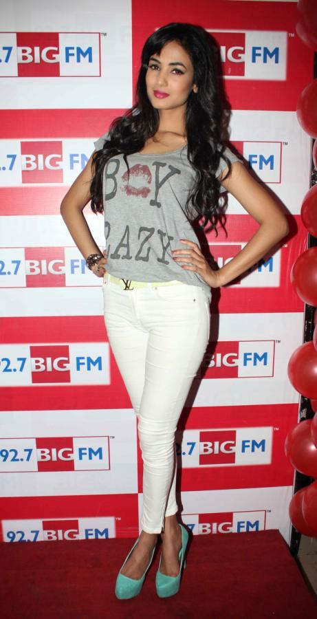 Sonal Flashes A Smile To The Shutterbugs At 92.7 FM Radio During Launch Of 3G Movie Music