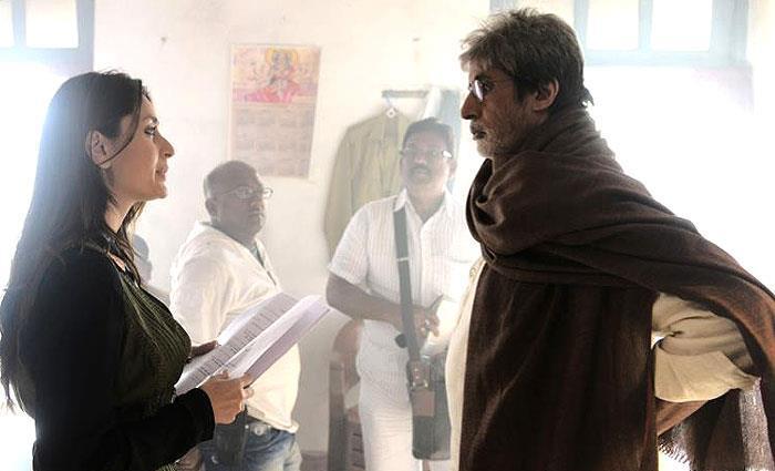 Amitabh And Kareena Nice Talking Still On The Sets Of Satyagraha Movie