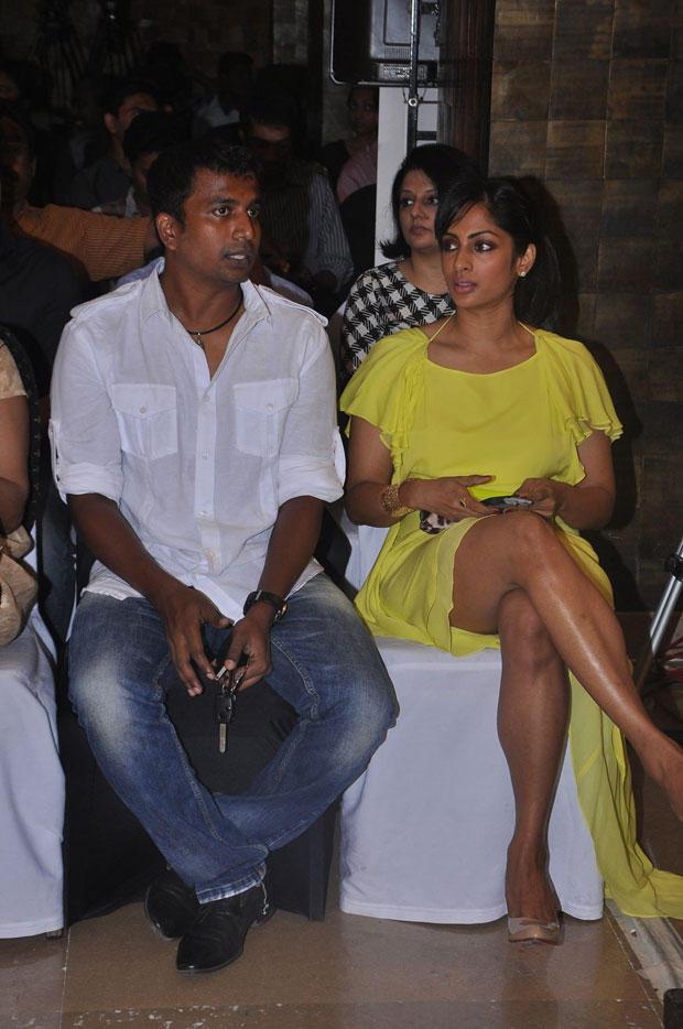 Shriya Reddy Cool Chatting Still At South Scope Calendar Launch 2013
