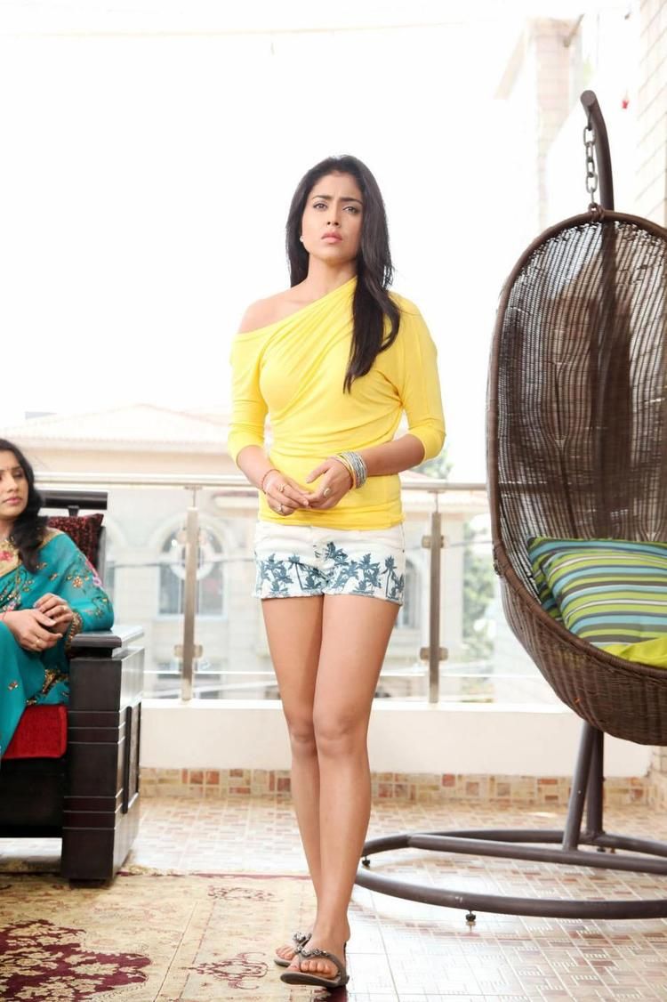 Shriya Saran Looked Hot In Mini Pant In Movie Pavitra