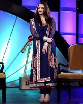 Aishwarya Dazzles In Blue Dress At IBN 7's Zindagi Live Awards 2013