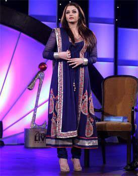 Aishwarya Posed During At IBN 7's Zindagi Live Awards 2013