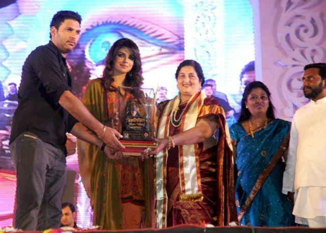 Priyanka,Yuvraj And Anuradha Posed For Camera At An Eye Donation Event In Pune