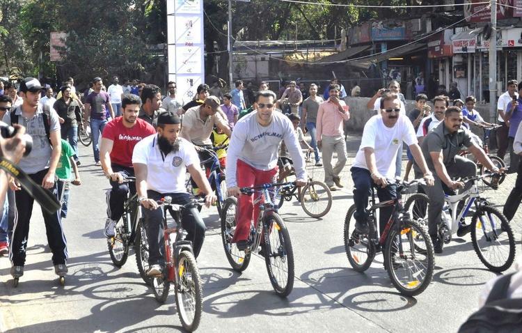 Salman Khan Cycles At Mumbai Car Free Day Rally