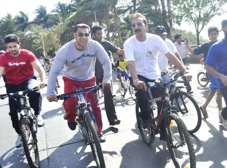 Salman Khan Smiling Look At Mumbai Car Free Day Rally