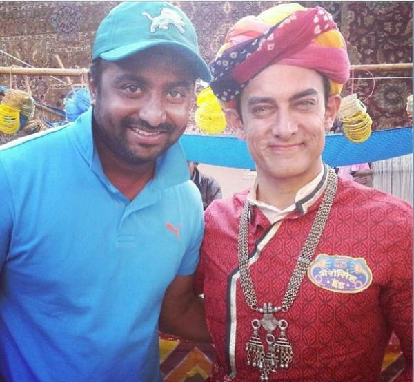 Aamir With A Fan In Rajputana Costume Posed For Camera On The Sets Of Peekay