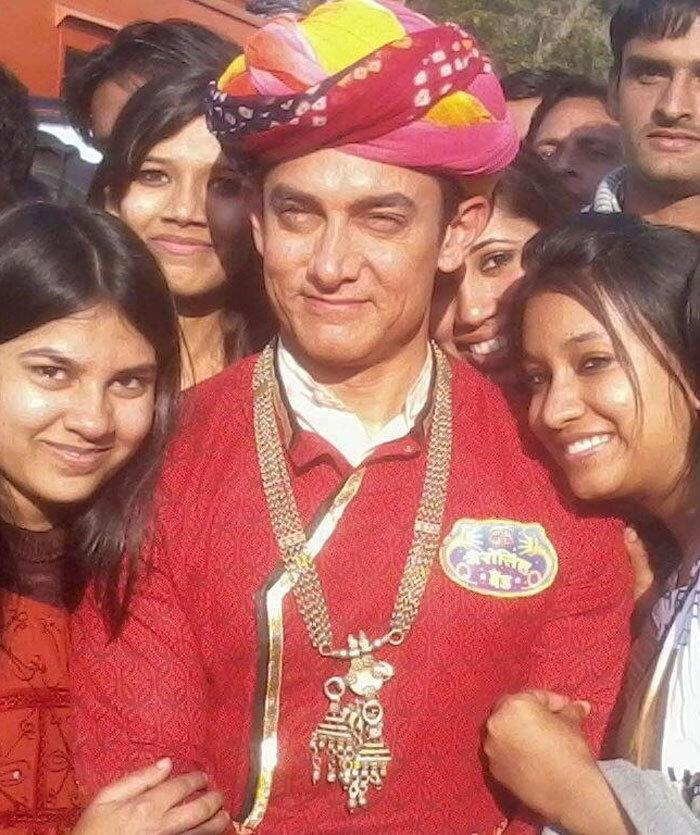 Aamir Khan Smiling Pose With Fans On The Sets Of Peekay