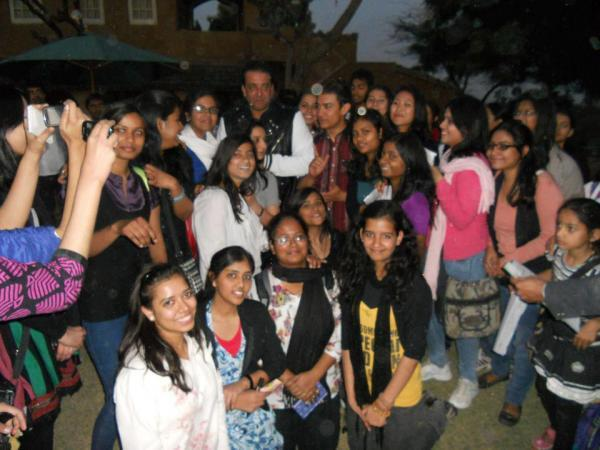 Aamir,Sanjay And Kiran With Fans Posed For Camera On The Sets Of Peekay